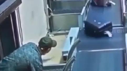 O caso do cara que invadiu as esteiras do aeroporto pra pegar sua bagagem antes de todo mundo